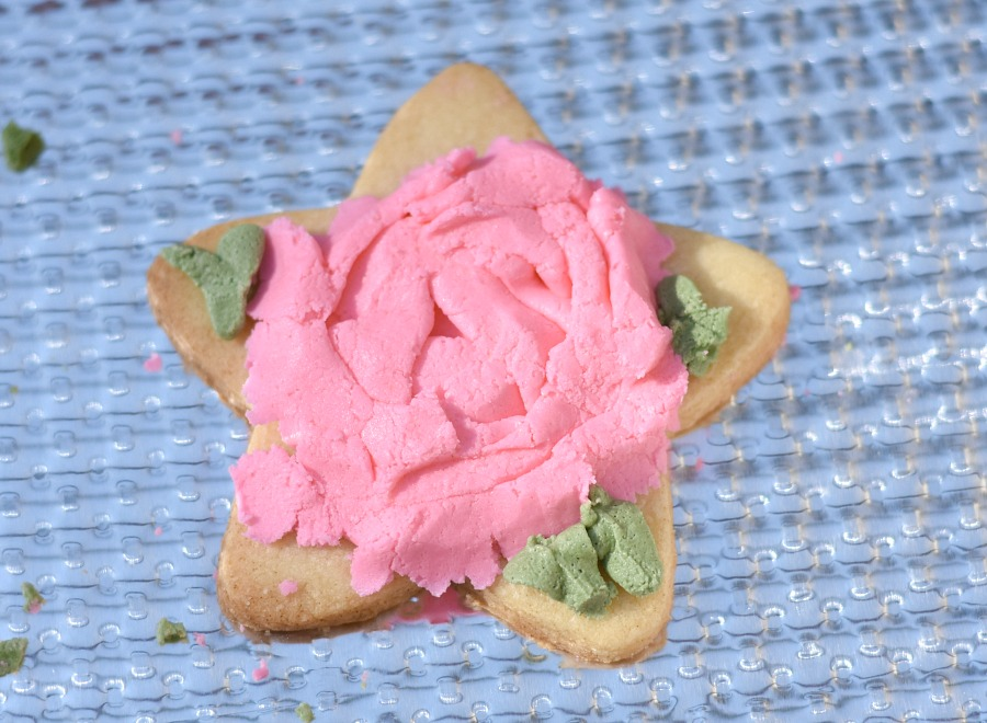 Sugar cookies, iced sugar cookies, buttercream icing flowers, icing flowers, decorating cookies, cookie icing tutorial, The Hutch Oven